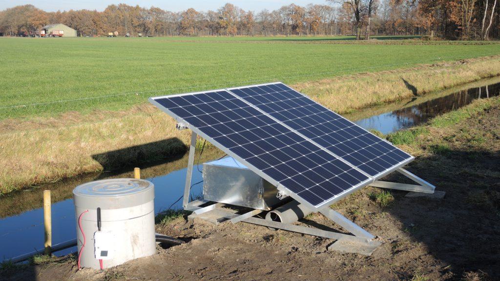 Aanvoerput van een Klimaat Adaptief Drainage (KAD) systeem in Stegeren, een van de proeftuinen in onderzoeksprogramma Lumbricus. Vanuit de sloot wordt water de drains ingepompt en met een regelput (niet op de foto) wordt de grondwaterstand in het perceel op optimaal niveau gehouden. Maatregelen als KAD en slimme stuwen kunnen ook op gebiedsniveau worden ingezet om aanvulling van grondwater te bevorderen en de grondwaterstanden na droge jaren weer sneller omhoog te brengen. (Foto: Bas Worm, Waterschap Vechtstromen. www.programmalumbricus.nl)
